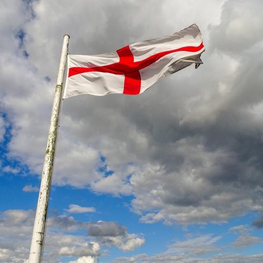 English flag on Ludlow Castle. Dunnock_D via Foter.com / CC BY-NC. Original image URL: https://www.flickr.com/photos/dunnock_d/38868405775/