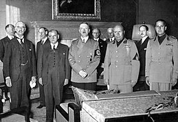 Chamberlain, Daladier, Hitler, Mussolini and Italian Foreign Minister Count Galeazzo Ciano as they prepare to sign the Munich Agreement - CC BY-SA 3.0 de